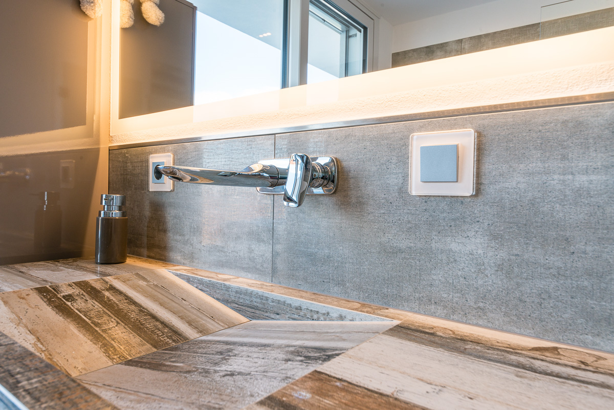 Modernes Bad in Holzoptik - FVG - Konstanz