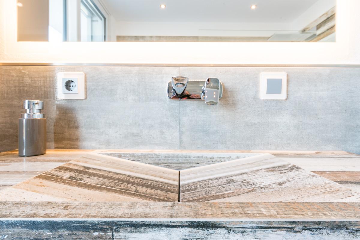 Modernes Bad in Holzoptik mit gemütlichem Flair - FVG Fliesen